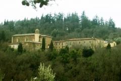 Das Kloster von Sargiano ist von Wäldern umgeben