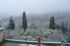 Das Kloster von Sargiano: Das große, vom Schnee bedeckte Kloster